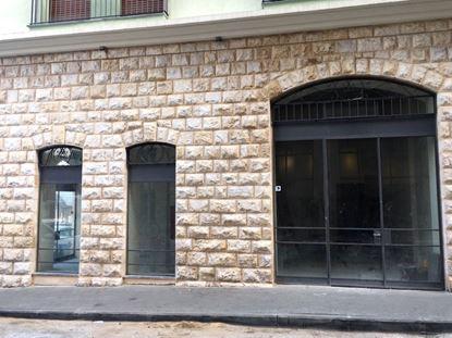 תמונה של מספר חנויות/משרדים בבניין חדש בשוק הפשפשים